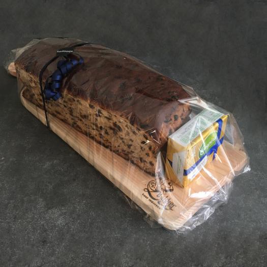 Krentenwegge met roomboter op handgemaakte plank